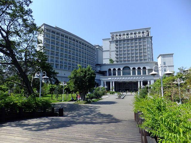 白い病院の建物写真
