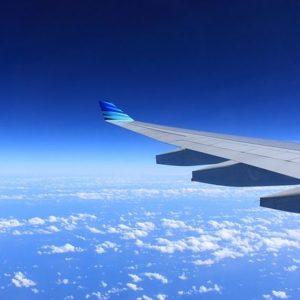飛行機の窓から見える雲海の写真