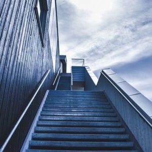 空が見える階段の写真