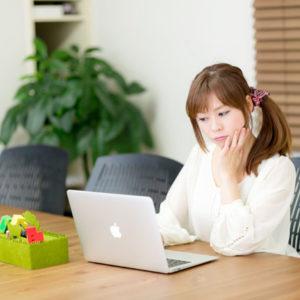 パソコンでメールする女性カウンセラー