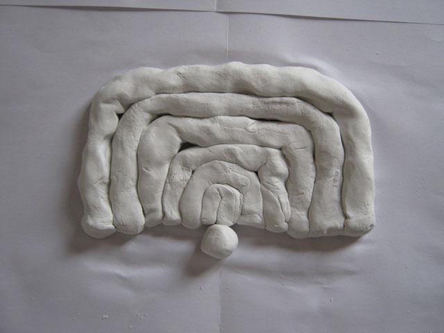 造形療法の作品-枠状の粘土と小さな球