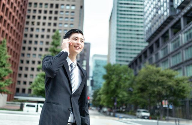 笑顔の男性ビジネスマン