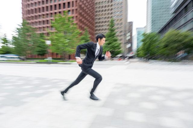 ビジネスマンが走る写真