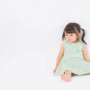 不安な表情の子供の写真