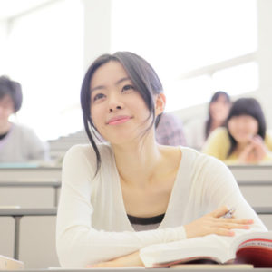 カウンセラー養成講座を受講する女性