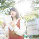 本を読むカウンセラーを目指す女性