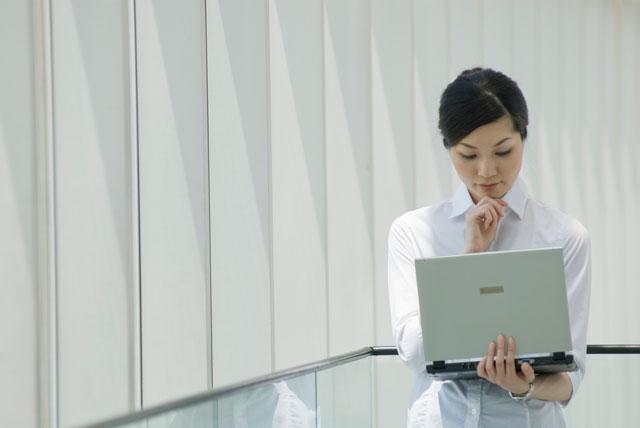 メールカウンセリングに取り組む女性カウンセラーの写真