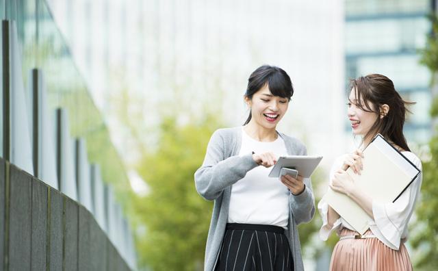 心理資格取得について会話する女性の写真