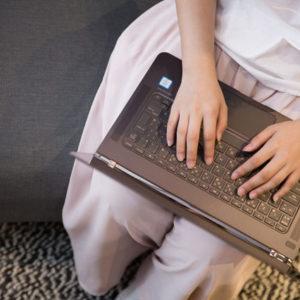 ノートPCで入力する女性の写真