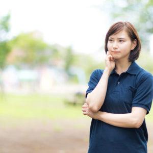 仕草から心理を考えている女性の写真