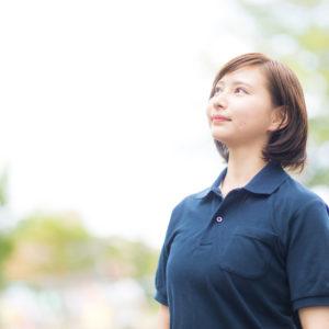 空を見上げる主婦の写真