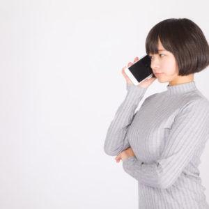 電話を受ける女性の写真